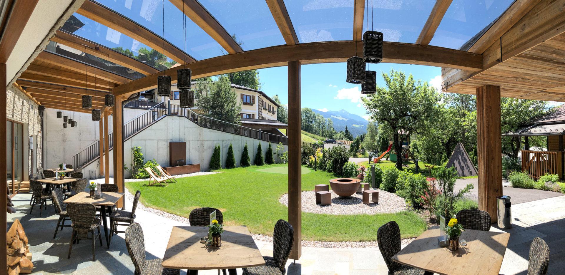 Hotel Altenmarkt - eine Terasse mit Blick in die Berge
